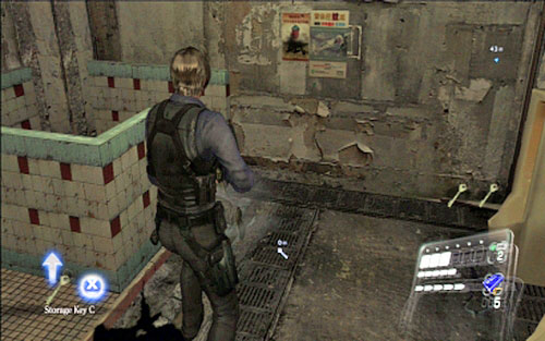 Break it down and then pick up the key hidden in the toilet - Chapter 4 - The Outdoor Market - Leon's campaign - Resident Evil 6 - Game Guide and Walkthrough